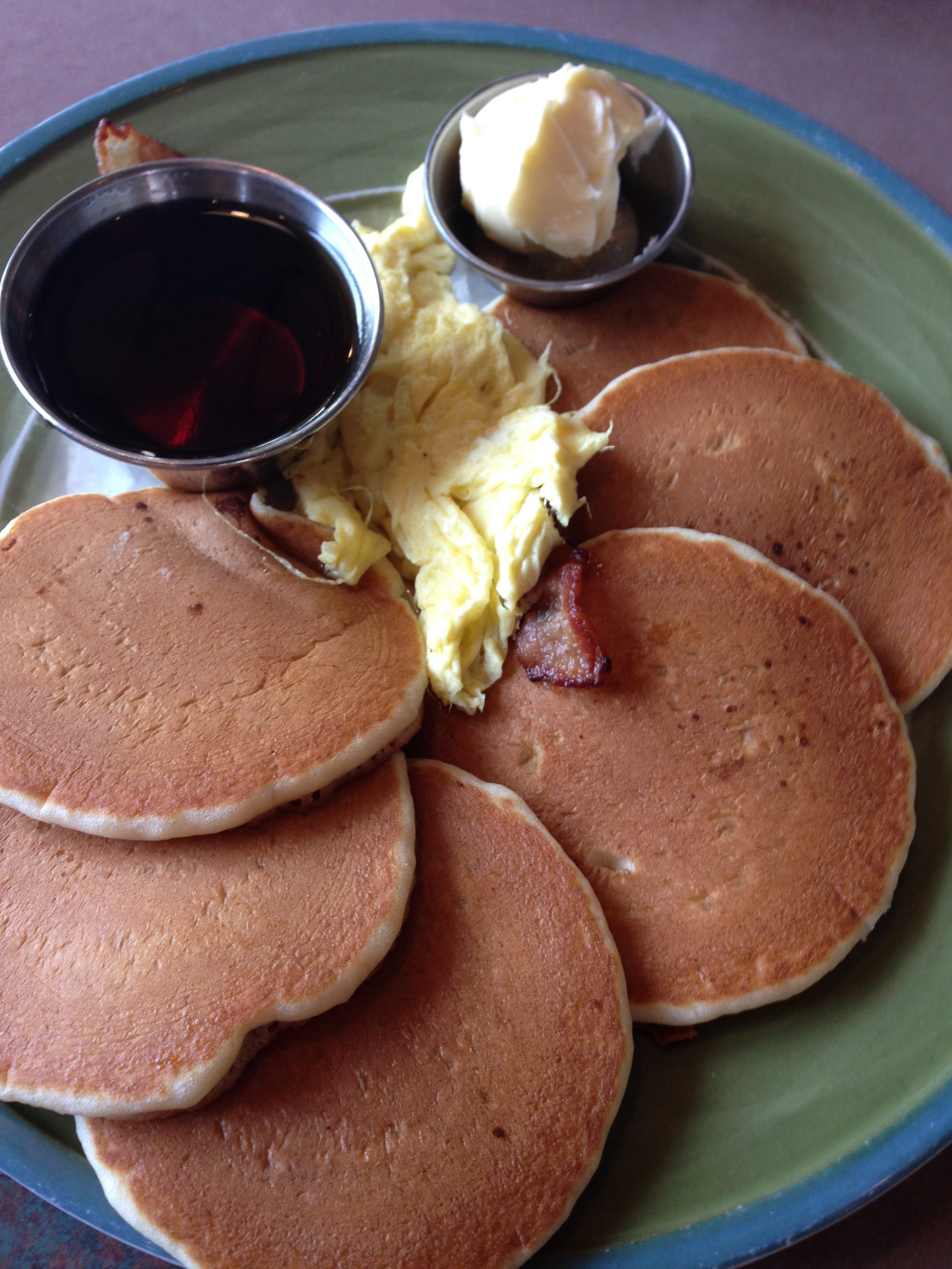 パンケーキと卵料理、ベーコンなどを合わせたメニューは朝食の定番。