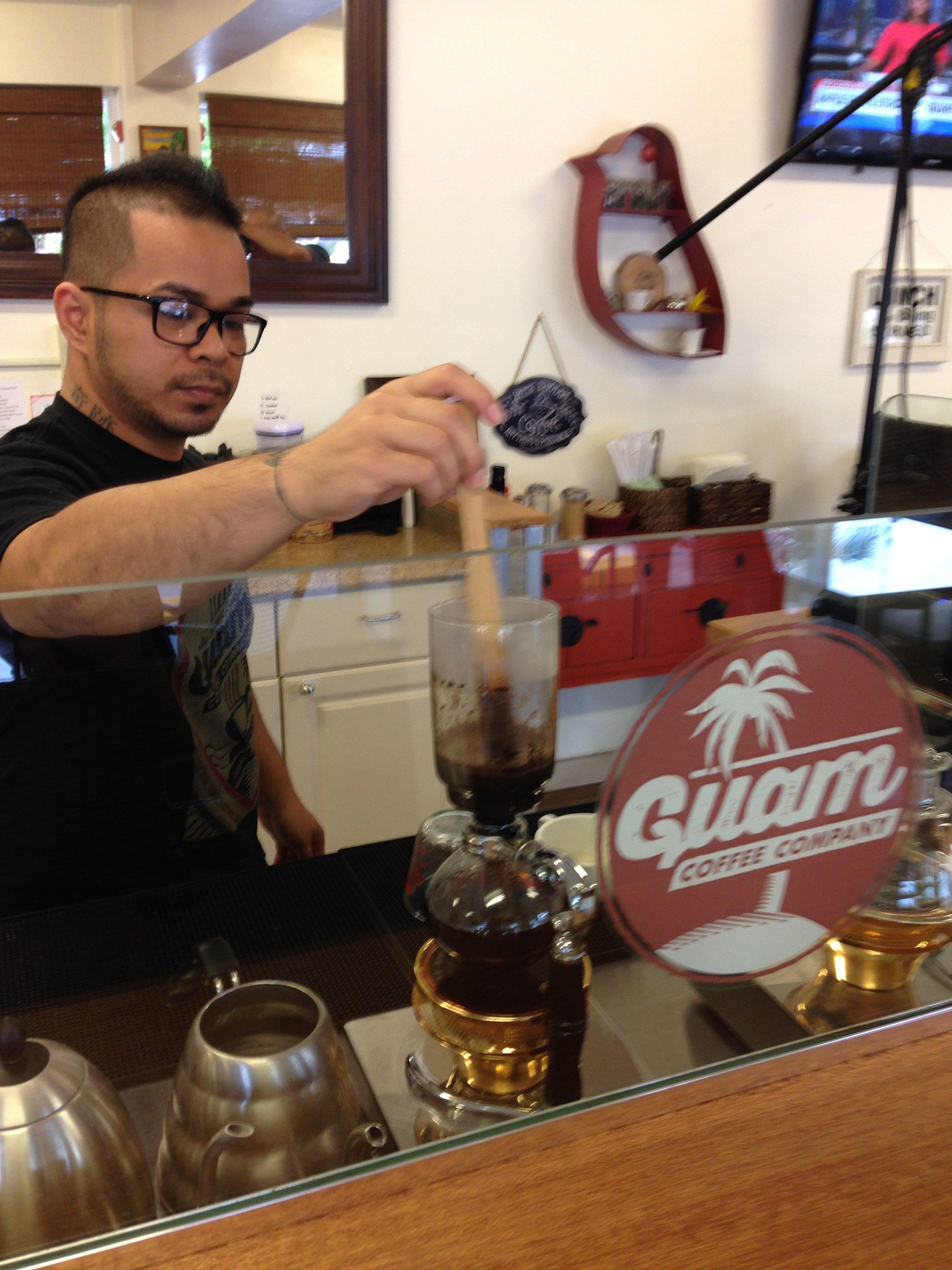 オーダーが入ってから豆を挽いて丁寧にコーヒーを淹れてくれます。