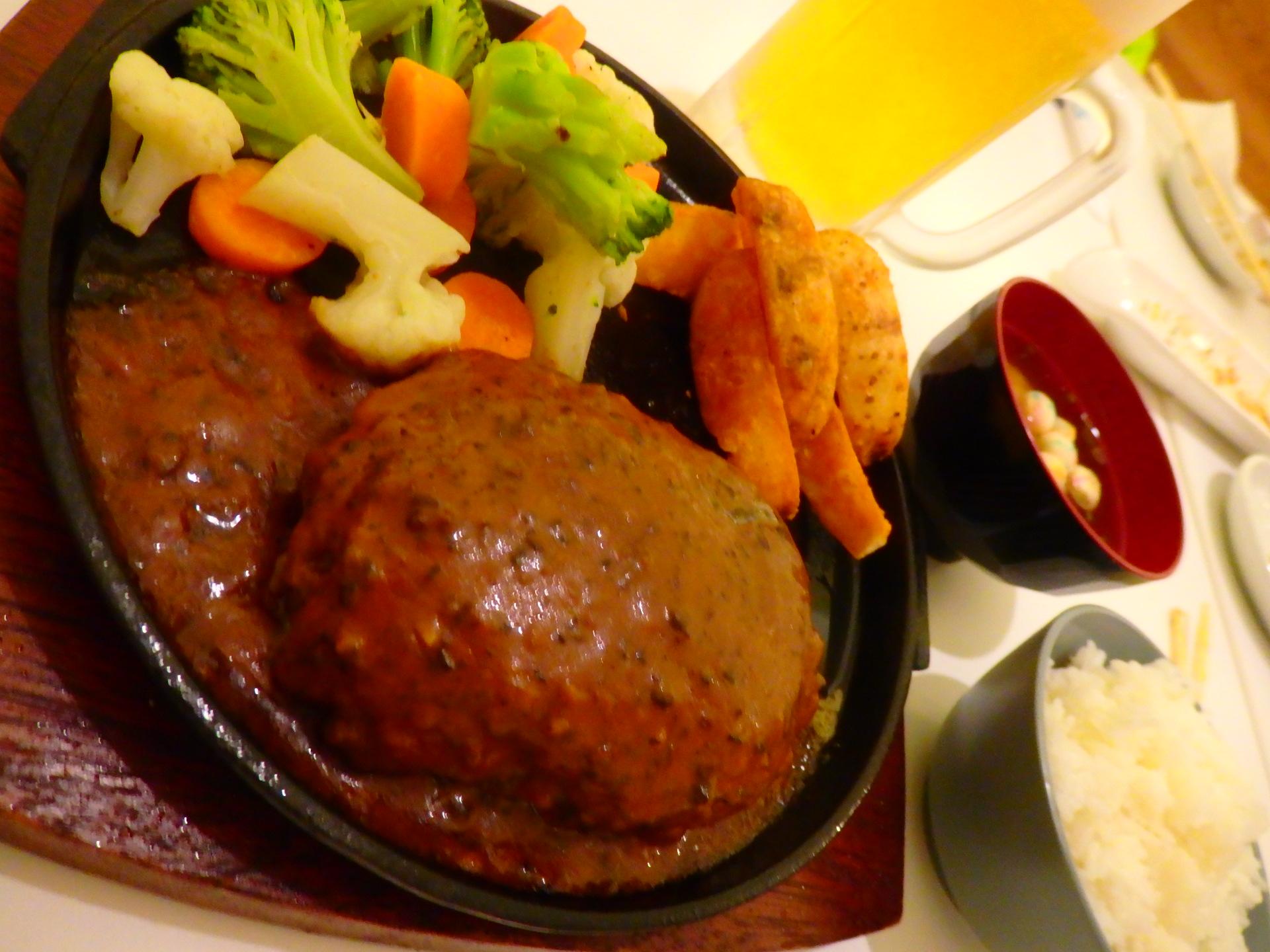 デミグラマッシュルームソースがたっぷりかかった極上ハンバーグステーキ