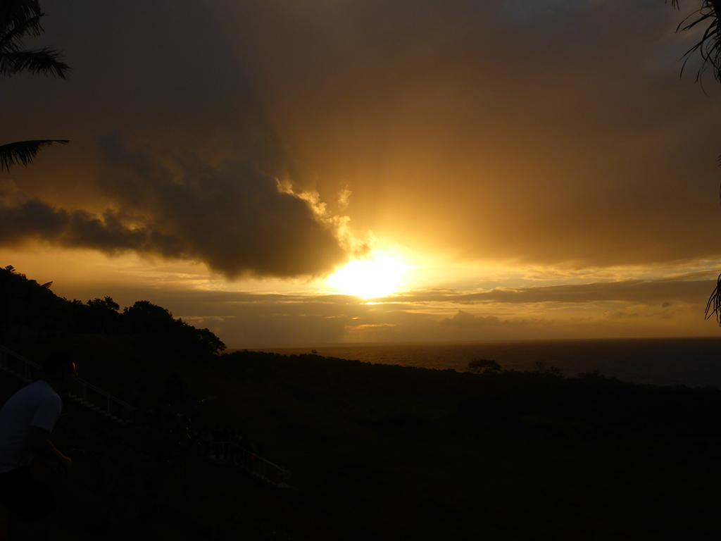 パゴ湾から望む朝日