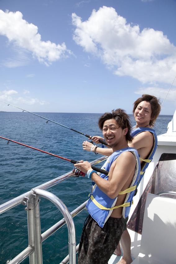 イカを餌にして竿を垂らすとカラフルな魚が釣れます。スタッフが餌の付け方などを手伝ってくれるので初心者でも簡単に釣りに挑戦!