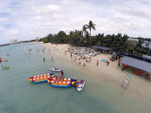 こちらは700メートルに及ぶ広いビーチを持つアルパンビーチクラブ。イルカウォッチングの前後にはこちらで思いっきり遊べます。