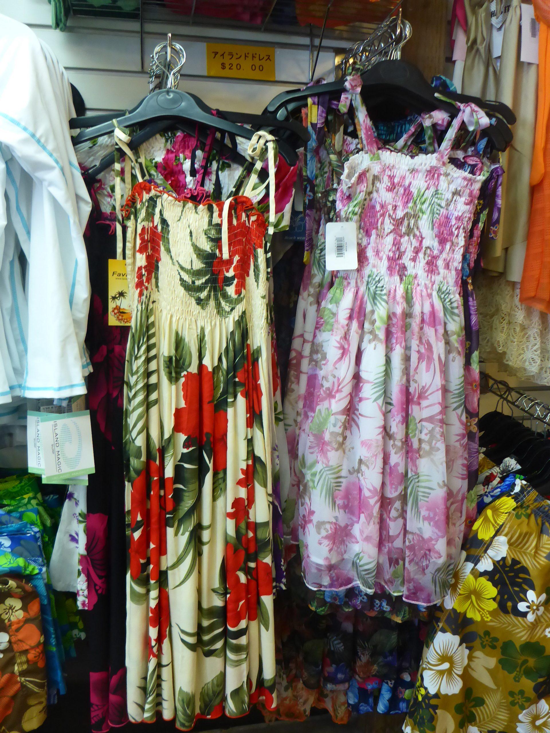 南の島では必ず着たいトロピカルプリントのドレス。