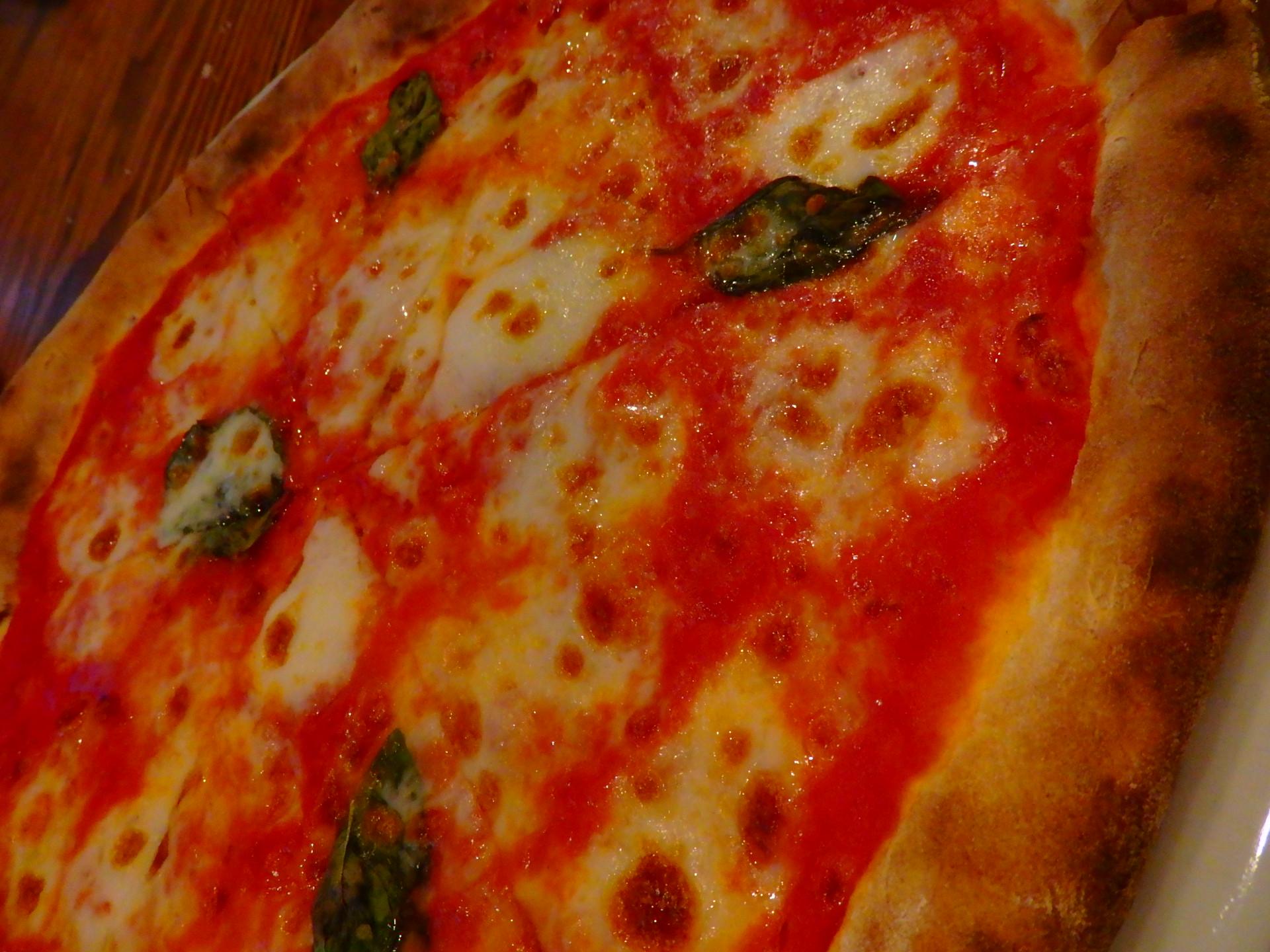 まずは定番マルゲリータ$14。自家製モッツアレラチーズがピザ生地の美味しさを引き立てます。