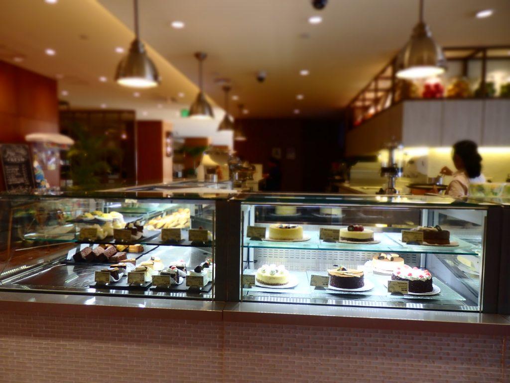 ショーケースの中にはヒルトン自慢のケーキや焼き菓子が並びます。